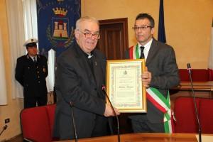 SINDACO BARBUIANI CONSEGNA ADRIA RICONOSCENTE A MONS. FURINI